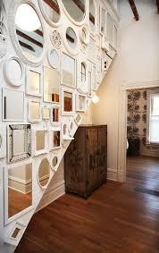 Lưu ý khi treo gương trang trí ở cầu thang.